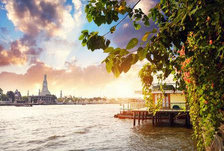 バンコク、タイの夕日ワットアルンとチャオプラヤー川の美しい景色