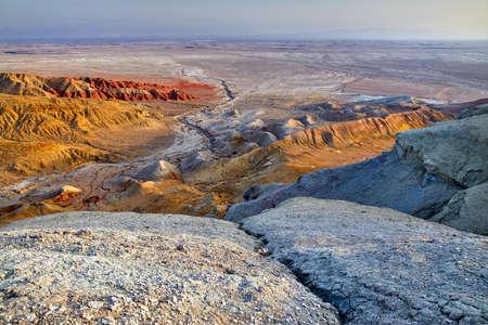 カザフスタンの砂漠公園アルティン・エメルの奇妙な層状の山々の空中写真