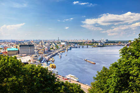 Panorama over de Kiev, uitzicht vanaf de stadsheuvel naar de oever van de rivier de Dnjepr en het centrum.