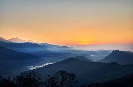 Hermoso amanecer en las montañas del Himalaya en Nepal