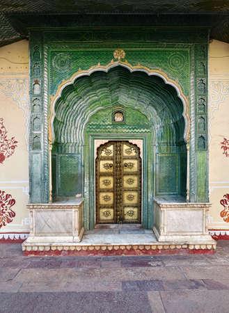 De groene poort in pitam niwas chowk in het stadspaleis van jaipur in india. Stockfoto