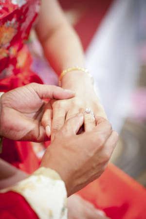 recien casados: Novio poniendo un anillo de bodas