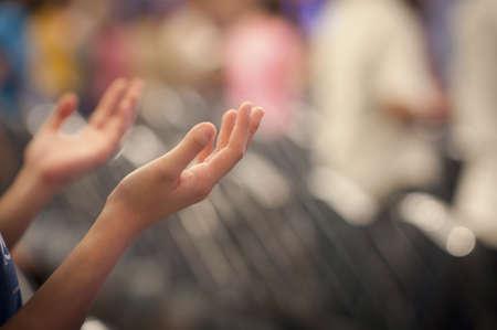cristianismo: Las manos criado como orando o adorando