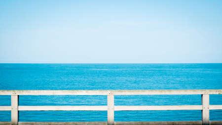 baranda para balcon: Opinión del verano con la cerca clásico junto a la playa