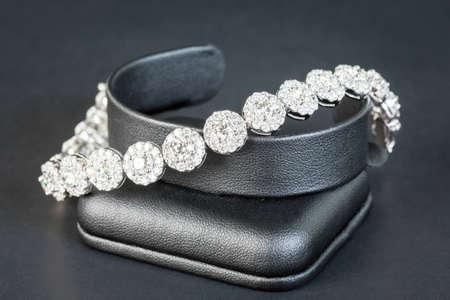 Pulsera de diamantes en fondo negro Foto de archivo - 26306495