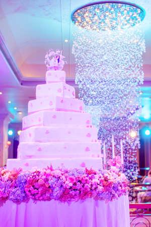 Bild von einem schönen Hochzeitstorte bei Hochzeitsfeier Lizenzfreie Bilder