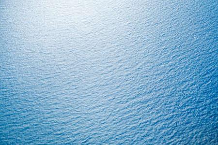 Blauwe zee oppervlakte met golven Stockfoto