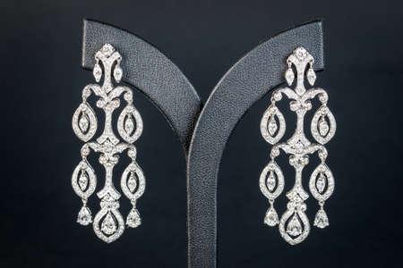 the black diamond: Pendiente de los diamantes en fondo negro