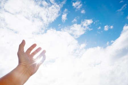 manos levantadas al cielo: manos humanas planteadas contra el claro cielo azul
