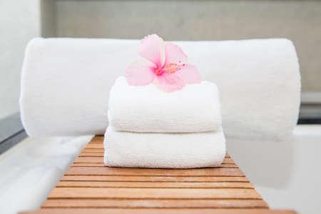 Saubere weiße Handtuch auf einem Kleiderbügel bereit sein, zu verwenden.