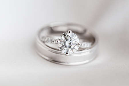 Wedding diamond rings on the black background Banque d'images