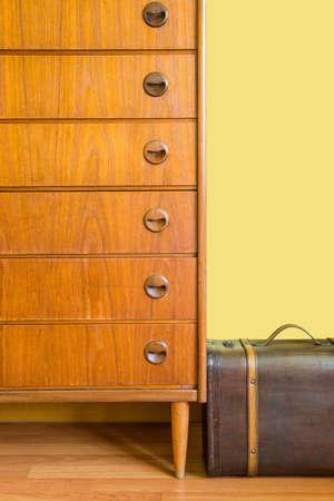 arredamento classico: Cassettiera e la valigia vintage
