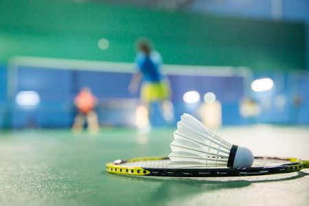 actividades recreativas: pistas de bádminton con jugadores compitiendo - badminton Foto de archivo