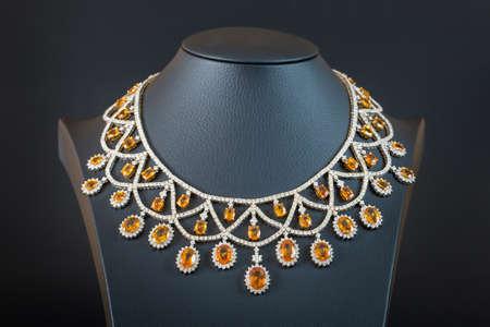 the black diamond: diamantes con collar de zafiro amarillo en el fondo negro