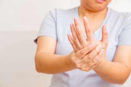 Akute Schmerz in einem Frauen Handgelenk Standard-Bild - 57261860