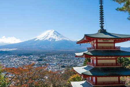 Monte Fuji con pagoda roja en el otoño, Fujiyoshida, Japón Foto de archivo - 78868764