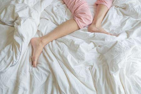 Frauen schlafen im Bett am Morgen Standard-Bild - 85652853
