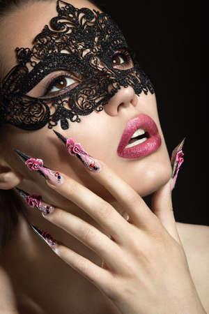 長い爪と官能的な唇を持つ美しい少女。美容顔。