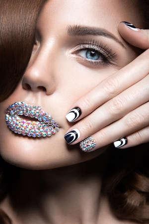 明るい爪と唇結晶長いまつげのカールを持つ美しい少女。美容顔。