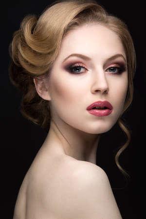 labios sensuales: Retrato de una hermosa mujer rubia en la imagen de la novia. Fotograf�a tomada en el estudio sobre un fondo negro. Cara de la belleza