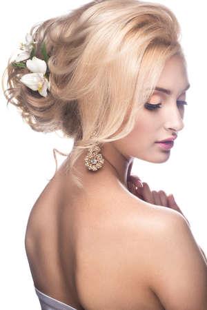 capelli biondi: Bella ragazza bionda a immagine di una sposa con i fiori nei capelli. Foto scattata in studio su uno sfondo bianco. Bellezza viso. Image nozze.