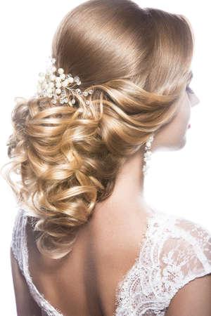 花嫁のイメージで美しい女性の肖像画。黒の背景にスタジオでの撮影。美髪。髪型戻って表示します。