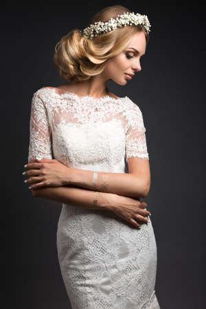 modelos desnudas: Retrato de una hermosa ni�a con flores en el pelo. Cara de la belleza. Foto disparo en el estudio sobre un fondo negro. Imagen de la boda en el estilo boho Foto de archivo