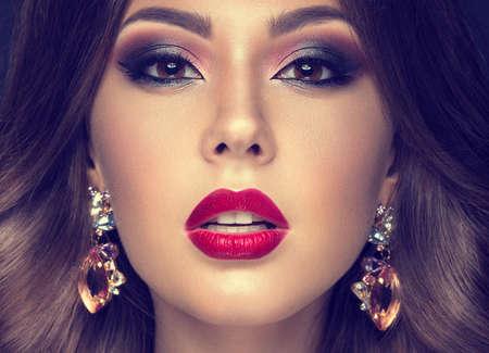 아름다움: 아랍어 메이크업, 빨간 입술과 곱슬 머리와 아름 다운 여자입니다. 아름다움 얼굴. 회색 배경에 스튜디오에서 찍은 사진입니다.