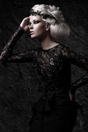 白のかつら、珍しい髪型、黒のドレス、化粧の濃いと暗いイメージの美しい少女。アート ビューティ、ファッション モデル。スタジオでの撮影。