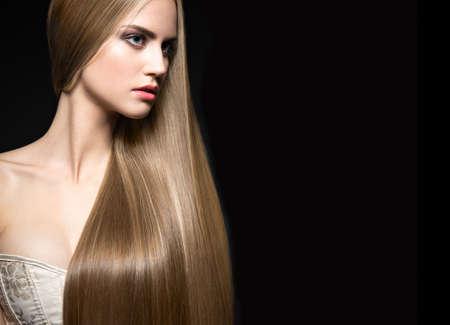 mujer rubia desnuda: Hermosa chica rubia con un cabello perfectamente liso y maquillaje clásico. Cara de la belleza. Fotografía tomada en el estudio sobre un fondo blanco.