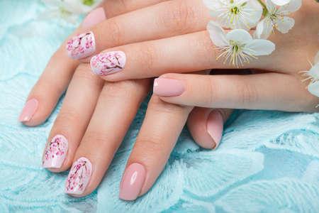 Lente manicure voor de bruid in zachte tonen met bloemen. Nagel ontwerp.