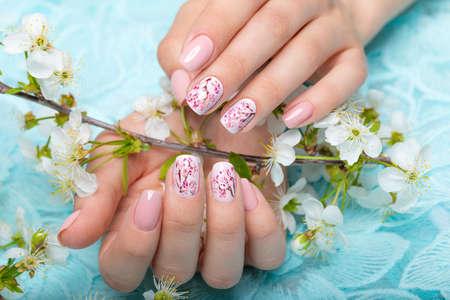 花と穏やかなトーンの花嫁のための春のマニキュア。ネイル デザイン。