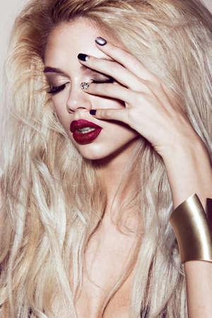 官能的な唇、ファッション髪、黒爪美しいセクシーなブロンドの女の子。美容顔。スタジオでの撮影