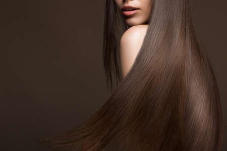 완벽 하 게 부드러운 머리, 및 클래식 메이크업 이동 아름 다운 갈색 머리 소녀. 아름다움 얼굴. 스튜디오에서 찍은 사진.