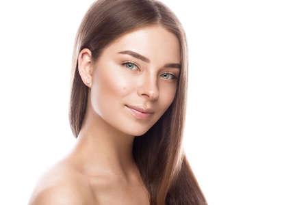軽いナチュラルメイクと完璧な肌の美しい少女。美容顔。白い背景のスタジオでの撮影。