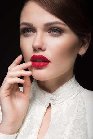 Bella ragazza con le labbra rosse in vestiti bianchi sotto forma di retro. Volto di bellezza Foto scattata in studio Archivio Fotografico - 80952464