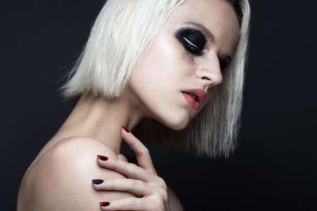 아름 다운 금발 소녀 어두운 스모키 메이크업과 예술 매니큐어 디자인 손톱. 아름다움 얼굴. 스튜디오에서 찍은 사진들