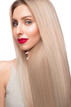 Belle fille blonde aux cheveux parfaitement lisses et au maquillage classique. Beau visage. Photo prise en studio. Banque d'images