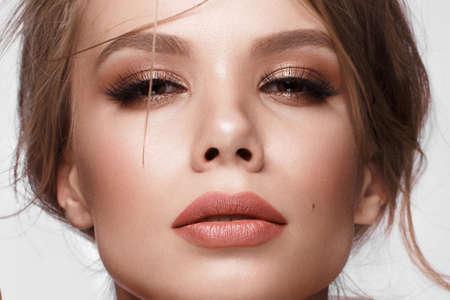Mooi meisje met gemakkelijk kapsel, klassieke make-up, lippen. Mooi gezicht. Studio portret Stockfoto