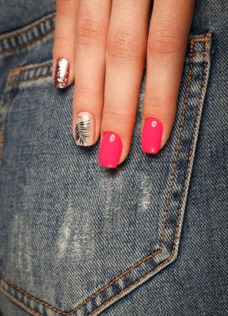 Bright neon manicure on female hands on the background of jeans. Nail design. Beauty hands 免版税图像 - 127176743