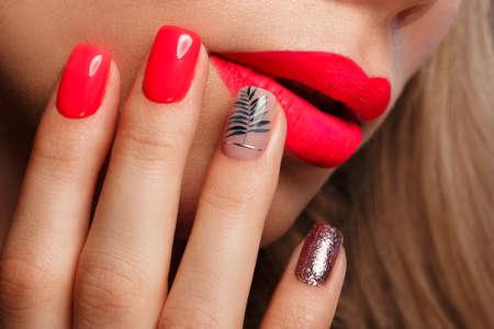 Hermosa mujer joven con maquillaje brillante y uñas rosa neón. Rostro de belleza. Foto tomada en el estudio. Foto de archivo