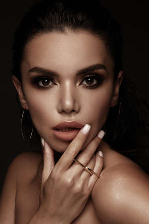 Beautiful girl with bright fashionable make-up and unusual gold accessories. Beauty face. Banque d'images