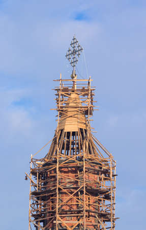 church steeple: Campanile della chiesa a ponteggi