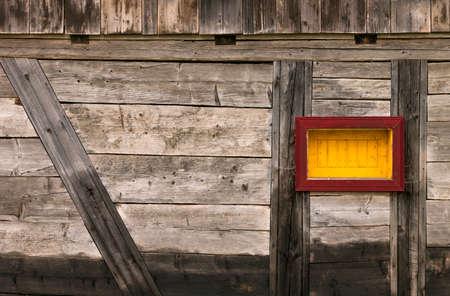 pared madera: Marco de Windows en pared de madera vieja