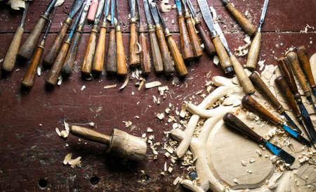 herramientas de trabajo: herramientas de talla de madera en la mesa de trabajo Foto de archivo
