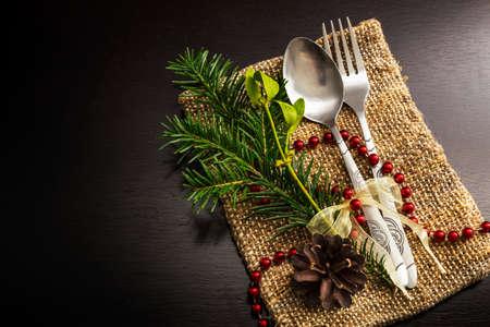 cubiertos de plata: los cubiertos de Navidad en la mesa de madera oscura Foto de archivo