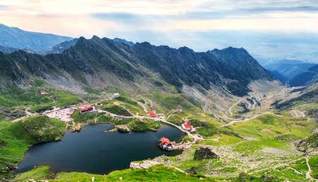 上から見た Balea 湖。Transfagarasan 高速道路でカルパティア山脈で夏にルーマニアの氷河湖