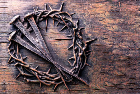 Crown of thorns and nails engraved on stone Stockfoto