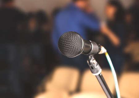 Micrófono de primer plano en la sala de conferencias