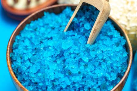 Spa-Einstellung mit blauem Badesalz, Makroaufnahme von blauem Salz